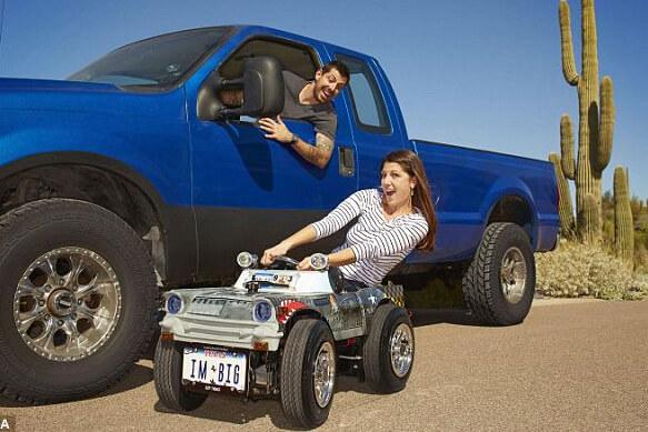 Самая маленькая в мире машина. Остин и его невеста очень довольны что попали в книгу рекордов Гиннеса.
