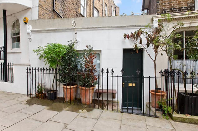 Самый маленький в мире дом. Вход в дом. ул. Ричмонд . Великобритания. Лондон.