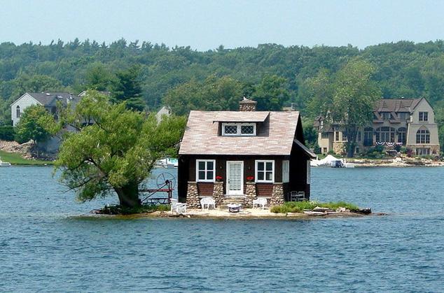 Самый маленький обитаемый остров в мире.