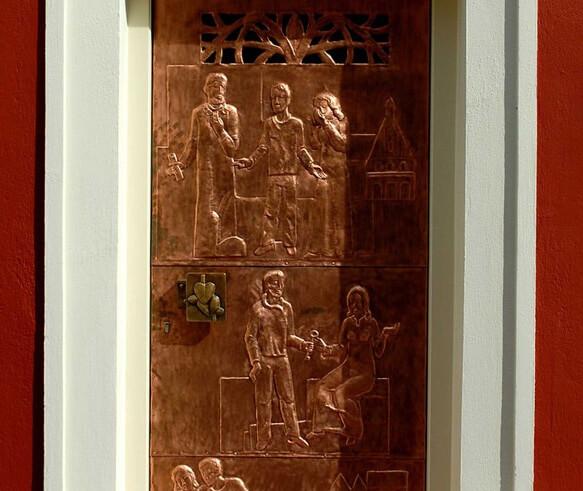 Самый маленький 5* отель для влюблённых в мире - Eh Häusel. Барельефы на входной двери рассказывают историю здания.