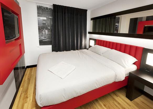 """Самые маленькие номера в отелях мира. Сеть отелей «Tune Hotels». Номер с """"ложным окном"""""""