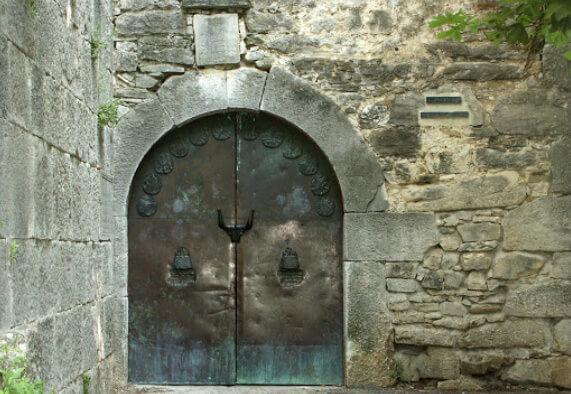 Самый маленький в мире город - Хум в Хорватии. Городские ворота.