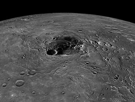 """Северный полюс Меркурия. Виден большой кратер """"Прокофьев"""". В кратерах находится лед. Сверху лёд покрыт некой органической темной субстанцией. фото:NASA/Johns Hopkins University Applied Physics Laboratory/Carnegie Institution of Washington"""