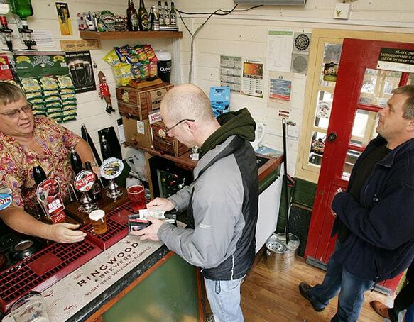 Самый маленький в мире Паб - Signal Box Inn