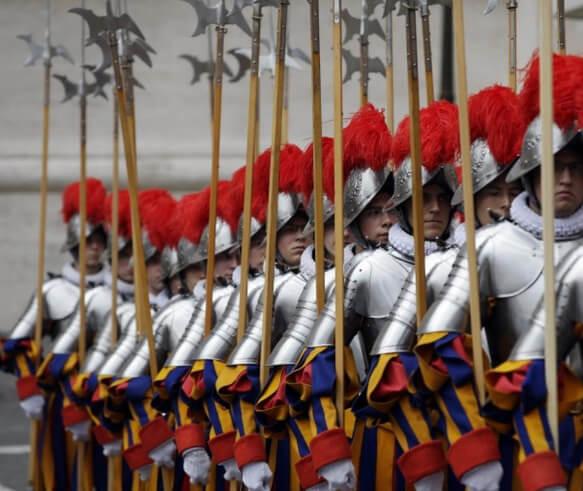Самая маленькая в мире Армия - армия Ватикана. Швейцарские гвардейцы.