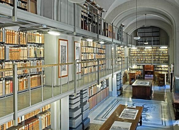 Самая маленькая страна в мире – Ватикан. Библиотека Ватикана.Здесь хранятся древние рукописи а также книги и свитки из разных стран.