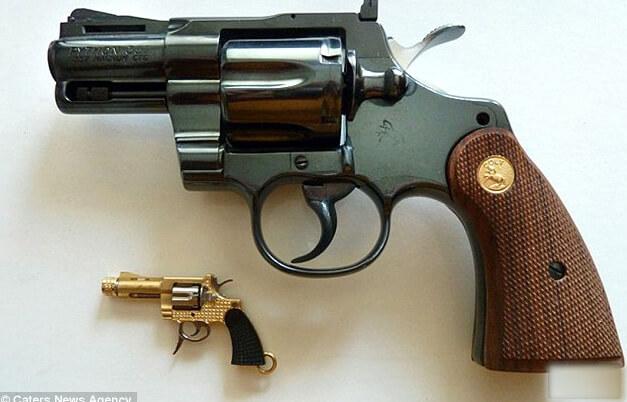 Самый маленький в мире пистолет рядом с обычным револьвером.