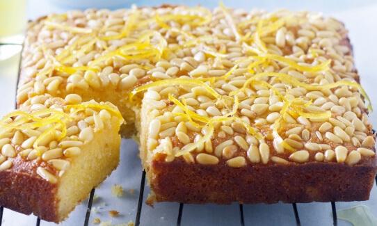Лимонно-миндальный пирог с кедровыми орешками.