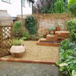 Дизайн маленького сада. Цветочные горшки для сада. Оформление дорожек в саду.