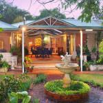 Дизайн маленького сада. Оформление внутреннего дворика. Скульптуры и клумбы.