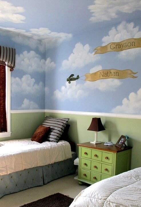 Маленькая детская комната. Идеи дизайна. Комната для двух мальчиков. Роспись на стене - облака и небо.