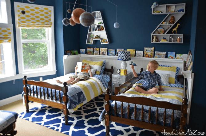 Маленькая детская комната. Идеи дизайна. Синяя спальня для двух мальчиков.