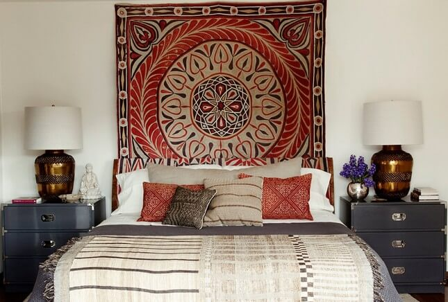 Маленькая спальня. Интерьер и дизайн маленькой спальни. Идеи и декор. Изголовье с тканевым панно.