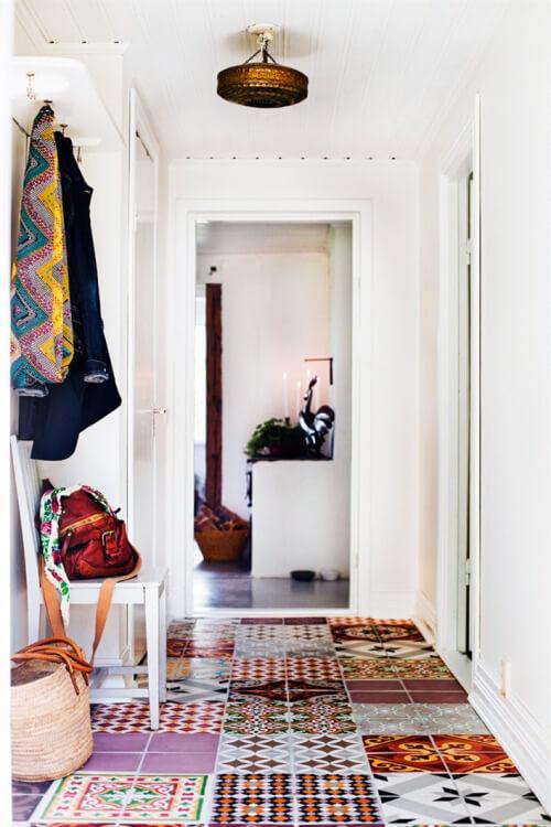 Маленькая прихожая. Мебель, интерьер и тонкости дизайна. Кафельный пол.