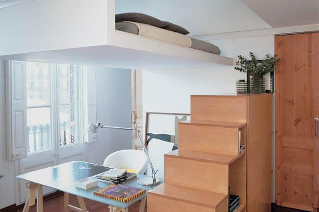 Дизайн, интерьер и отделка маленьких и самых маленьких квартир. Второй этаж в маленькой квартире. Спальное место на втором ярусе.