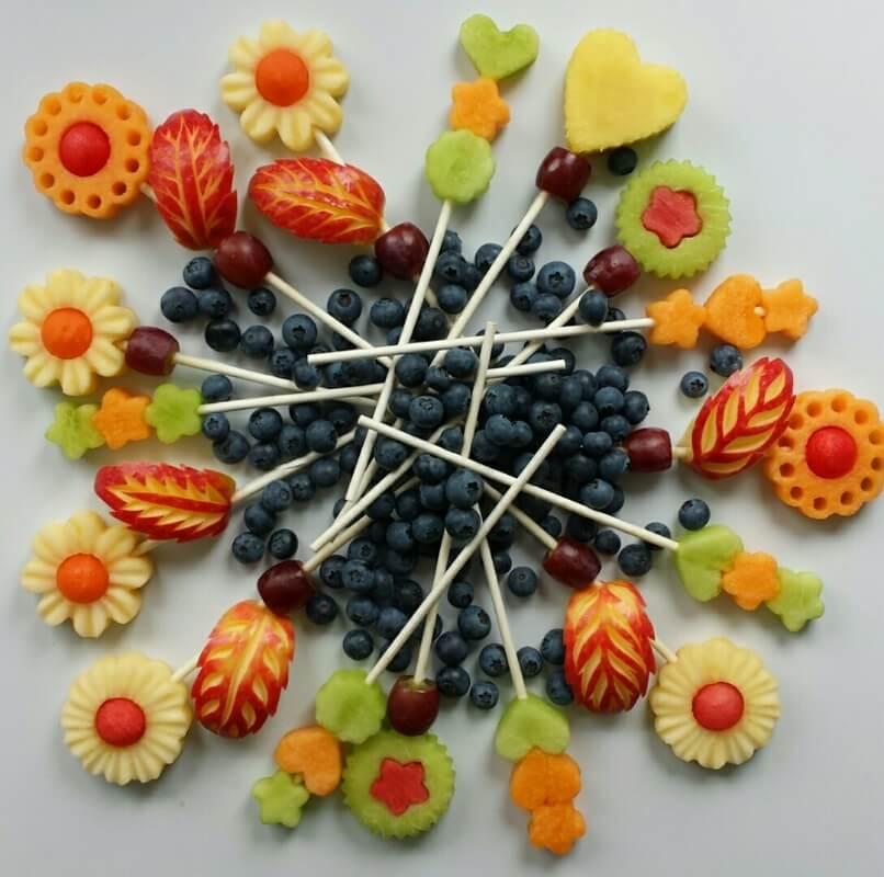 Маленькие праздничные закуски для детей. Как украсить и приготовить. Карвинг из фруктов на палочках.