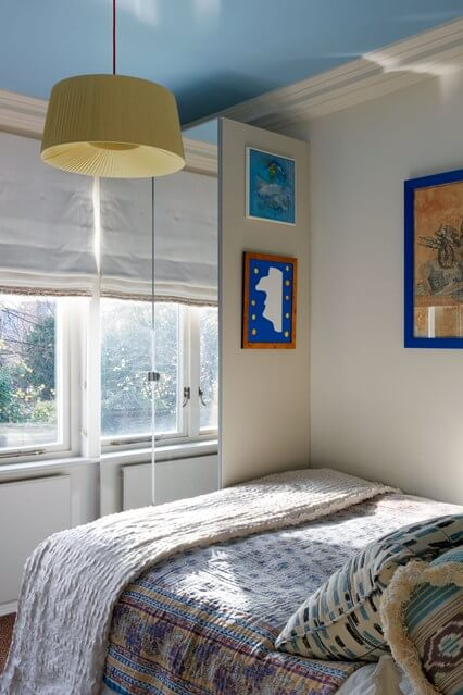 Дизайн, интерьер и отделка маленьких и самых маленьких квартир. Голубой потолок.