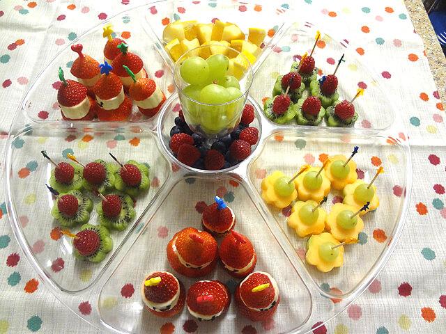 Маленькие праздничные закуски для детей. Как украсить и приготовить. Фруктовые закуски на шпажках.