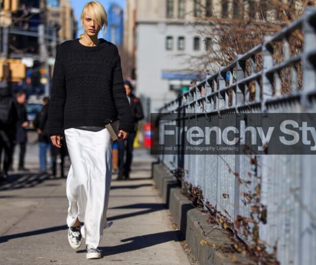 Длинная зимняя юбка с черным свитером.