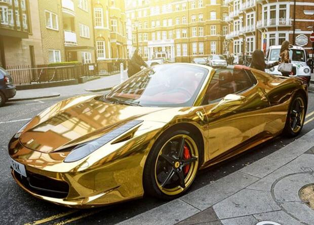 Золотой Ferrari в Челси, Лондон.