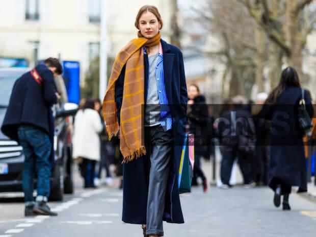 Модные шарфы осень-зима 2016 2017. Длинный широкий шарф с пальто макси.