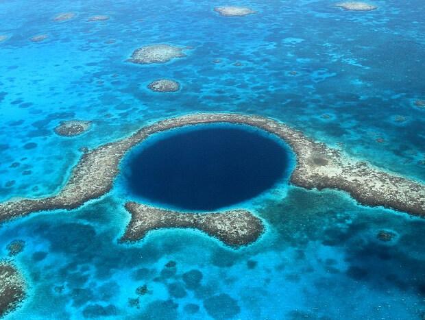 """Углубление в Тихом океане. Белиз. Популярное место среди любителей понырять в подводном мире. Его называют """"Великая Синяя дыра"""""""