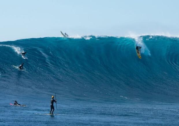 Серфинг в Тихом океане.