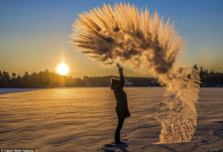 замерзание горячей воды в воздухе при -30 градусах.