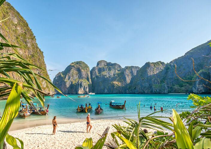 Ko Phi Phi don Nui Bay beach. Пляж в заливе Нуй Бэй на острове Пи Пи Дон в Тайланде.Лучшие пляжи мира.