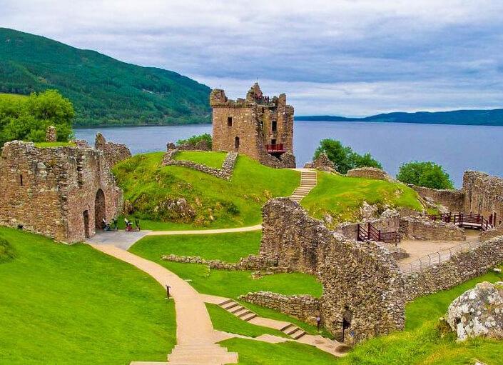 Шотландия, озеро Лох-Несс и руины замка