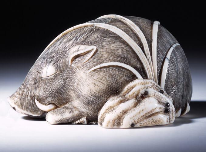 Статуэтка свиньи из слоновой кости. 19 век. Музей Виктории и Альберта. Лондон.