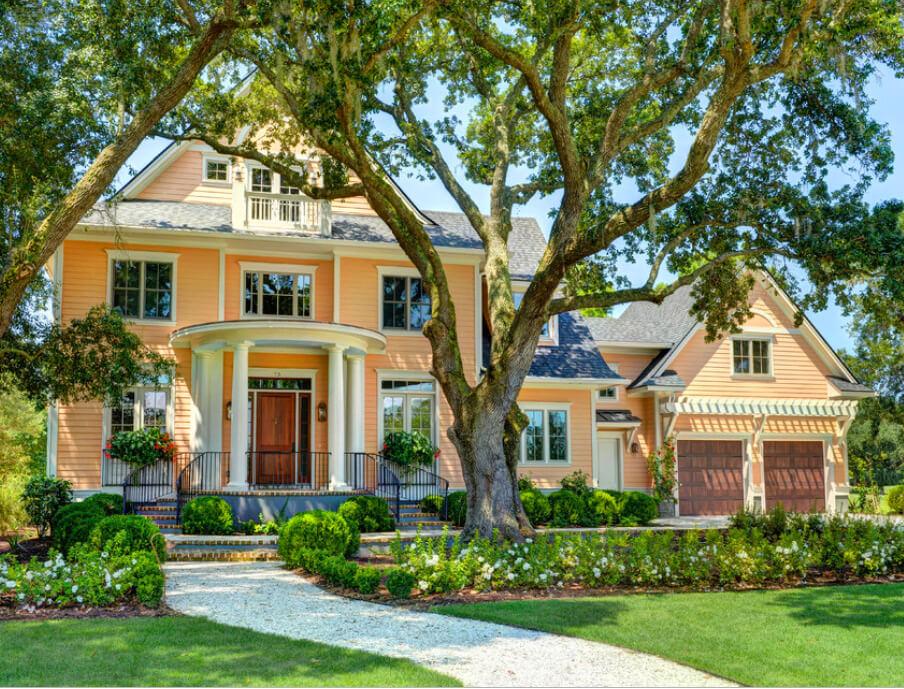 персиковый фасад дома